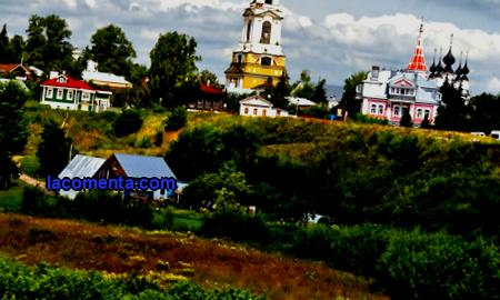 Unlike Vladimir, the splendor of the ancient architecture of Suzdal is not crushed by factories and is in complete harmony with the surrounding nature, the Russian fabulous landscape, meadows and forests located along the winding river Kamenka